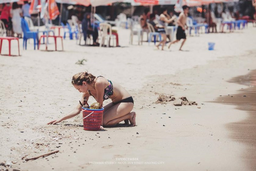 Tourist cleaning up the beach at Nha Trang